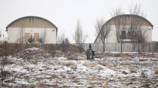 La Armada Nacional Afgana inspecciona el lugar del ataque en un complejo militar de Kabul el 29 de enero de 2018.