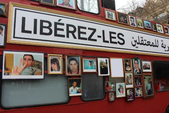 """Une banderole est accrochée au bus de la liberté : """"Libérez-les"""", exige-t-elle."""