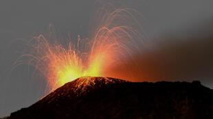 El volcán Pacaya, visto desde Cerro Chino en la municipalidad de San Vicente Pacaya, a unos 55 km al sur de Ciudad de Guatemala el 25 de julio de 2020