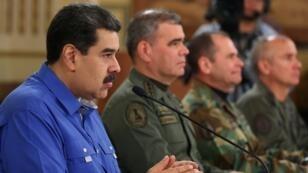 مادورو وإلى يساره وزير الدفاع فلاديمير بادرينو وقادة عسكريين خلال إدلائه بخطاب في قصر ميرافلوريس الرئاسي في كراكاس. 30 أبريل/نيسان 2019.