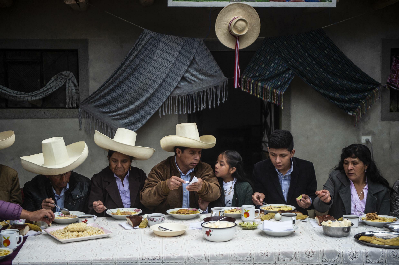 El nuevo presidente de Perú, Pedro Castillo, toma parte, acompañado de su familia, de un desayuno abierto a la prensa en su hogar en Chugur, región de Cajamarca (noreste), el día del balotaje, el 6 de junio de 2021