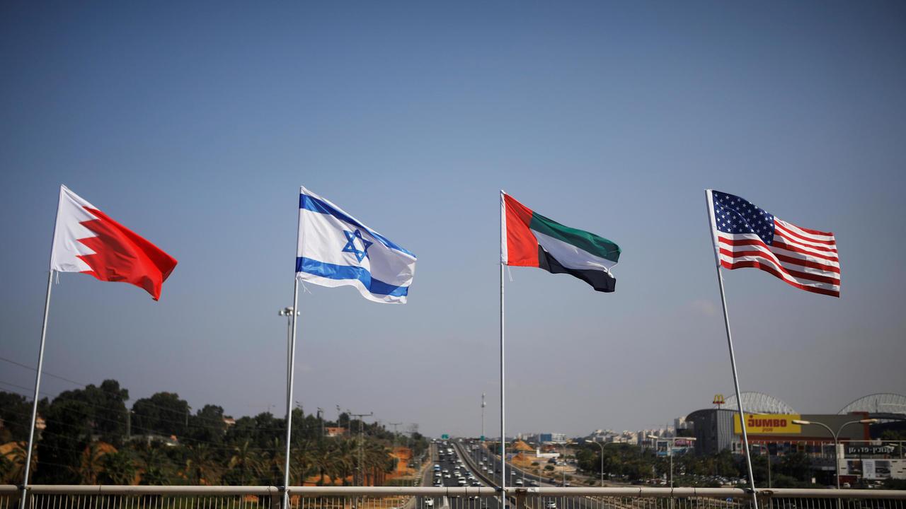 أعلام الولايات المتحدة والبحرين وإسرائيل والإمارات ترفرف في أحد شوارع مدينة نتانيا الإسرائيلية. 14 سبتمبر/أيلول 2020.