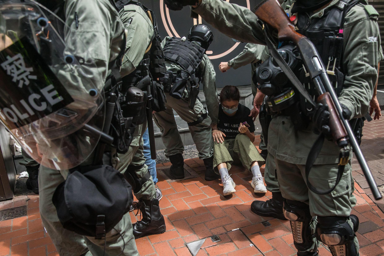 La policía antidisturbios arresta a un manifestante durante una protesta contra la nueva ley de seguridad nacional el 1 de julio de 2020.