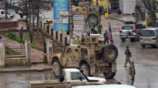 Fuerzas de la coalición se mantienen en la zona donde un atacante suicida detonó un chaleco explosivo y mató almenos a 19 personas, entre ellas cuatro soldados estadounidenses.