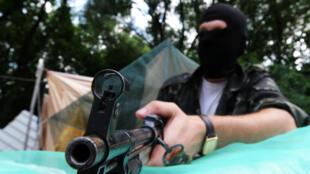 Un rebelle pro-russe à un check-point de Maryinka, dans l'est de l'Ukraine, en juillet 2014.