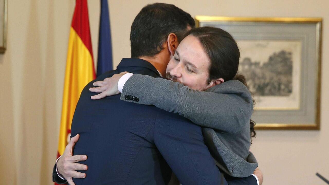 El presidente del Gobierno español en funciones Pedro Sánchez y el líder de Unidas Podemos, Pablo Iglesias, se abrazan en el Congreso de los Diputados tras la firma de un acuerdo de Gobierno de coalición el martes 12 de noviembre del 2019 en Madrid, España.