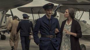 """Pierre Niney et Charlotte Gainsbourg dans """"La promesse de l'aube""""."""