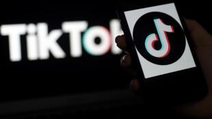 Esta foto ilustración, tomada el 13 de abril de 2020 en Arlington, Virginia, muestra el logotipo de la plataforma de videos TikTok en la pantalla de un teléfono inteligente