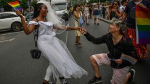 Des homosexuelles roumaines manifestent pour le mariage homosexuel lors de la Gay pride à Bucarest, le 9 juin 2018.