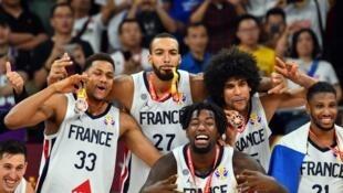 L'équipe de France fête sa victoire contre les Boomers australiens à la Cadillac Arena, le 15 septembre 2019 à Beijing, en Chine.