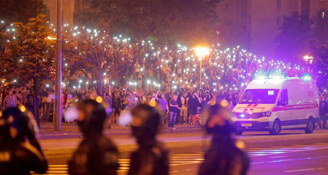 Manifestantes encienden sus teléfonos en señal de protesta después del cierre de las urnas en las elecciones presidenciales en Minsk, Bielorrusia , el 9 de agosto de 2020.