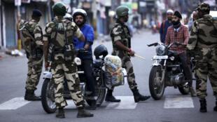Les forces de l'ordre déployées dans le Cachemire indien, à Jammu, le 5août2019.