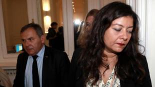La journaliste française Sandra Muller et son avocat Francis Spizner, lors d'une conférence de presse à Paris, le 25 septembre 2019.