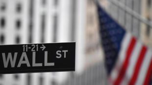 Un drapeau flotte devant le New York Stock Exchange (NYSE) à Wall Street (New York), le 31 août 2020