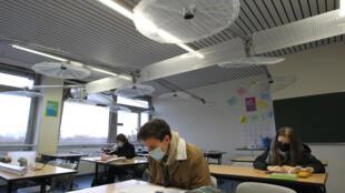 Un système de ventilation installé dans une salle de classe au lycée IGS de Mayence, dans l'ouest de l'Allemagne, le 12 novembre 2020