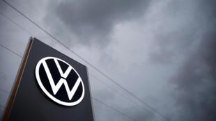 Un logotipo de Volkswagen en la fábrica del grupo automovilístico en Zwickau, al este de Alemania, el 4 de noviembre de 2019