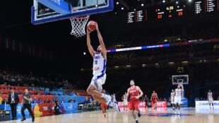 Evan Fournier s'envole au dunk, samedi 12 septembre 2015, en huitième de finale de l'EuroBasket face à la Turquie.