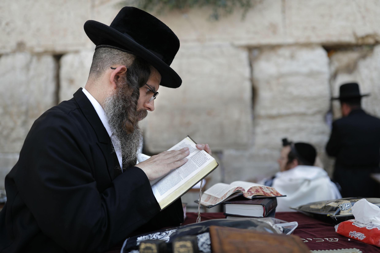 Un juif ultra-orthodoxe devant le mur des Lamentations à Jérusalem.