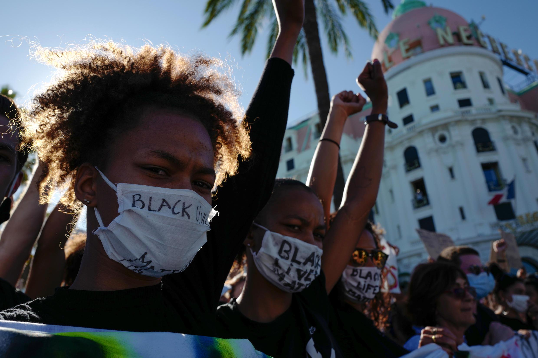 """Des manifestants lèvent le poing dans la ville de Nice, sur la Côte d'Azur, le 6 juin 2020, lors d'une manifestation anti-raciste """"Black Lives Matter""""."""