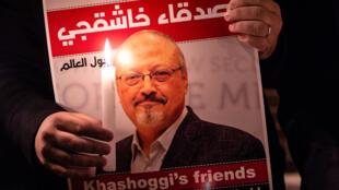 متظاهر يحمل صورة للصحافي السعودي جمال خاشقجي خلال تجمع تكريمي له أمام القنصلية السعودية في اسطنبول، في 25 تشرين الأول/أكتوبر 2018