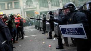 Mossos d´Esquadra frente a simpatizantes independentistas en una marcha en Barcelona, España. 21 de diciembre de 2018.