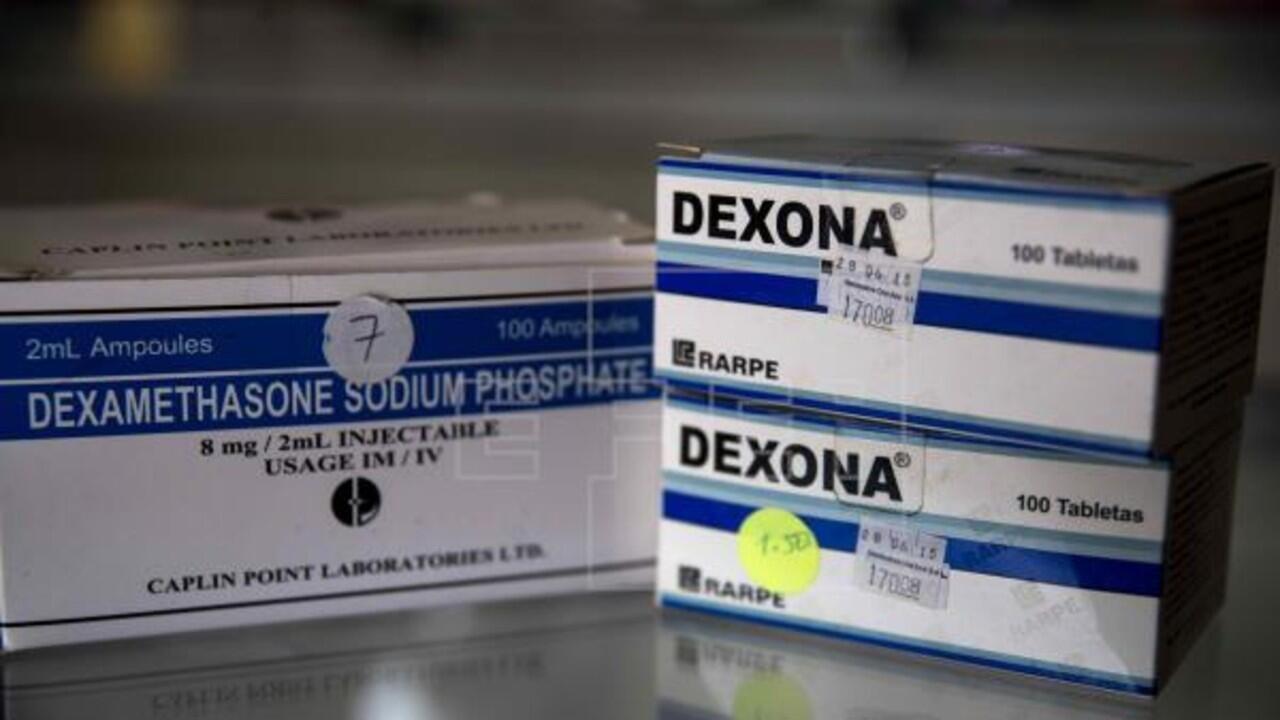 Archivo-Imagen de cajas de dexametasona, en pastillas y ampolletas, en una farmacia.