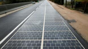La première route solaire du monde, le 22 décembre 2016 à Tourouver, dans l'Orne