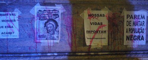 """""""Nos vies comptent"""", indique l'affiche teintée de faux sang."""
