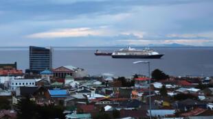 El crucero Zaandam, navegando bajo la bandera holandesa y operado por el grupo Holland America (Carnival), con 1.800 personas a bordo, en Punta Arenas, en el sur de Chile, el 16 de marzo de 2020.