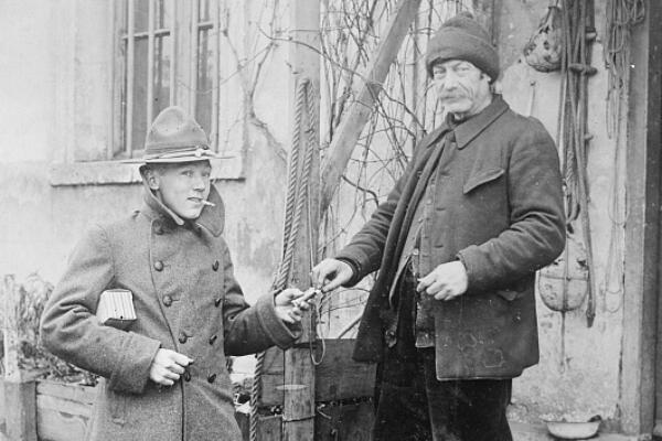 Un soldat américain partage son tabac avec un paysan français.