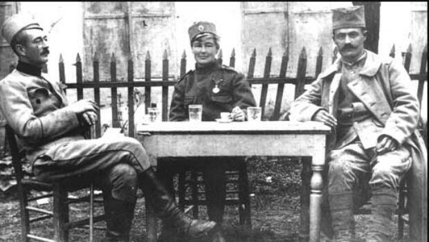 Flora Sandes en compagnie de deux soldats serbes en 1917