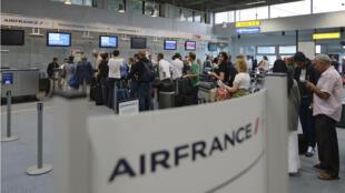Des passagers font la queue devant un comptoir Air France à l'aéroport de Marseille-Marignane lundi.