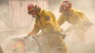 Los bomberos levantan escombros en una casa destruida por el Camp Fire en Paradise, California, el 13 de noviembre de 2018.