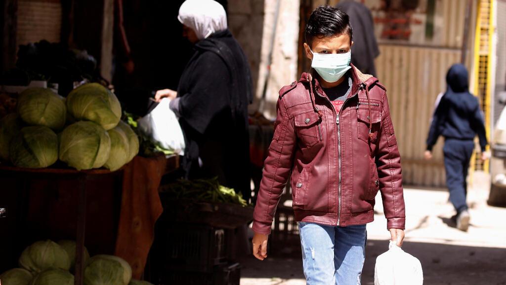 Este joven camina por Jaramana, un campo de refugiados para palestinos en Damasco, Siria, el 1 de abril de 2020.