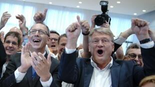 Le candidat de l'AfD en Saxe Joerg Urban (à g) et le codirigeant du parti Joerg Meuthen, à Dresde (Saxe), dimanche 1er septembre.