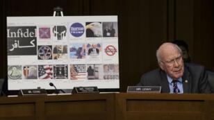 Le sénateur démocrate Patrick Leahy devant une montage de différentes pages et publicités de propagande russe sur Facebook.