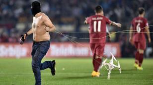 Un supporter serbe descend sur la pelouse pendant le match de qualification pour l'Euro-2016 entre la Serbie l'Albanie, mardi 14 octobre.