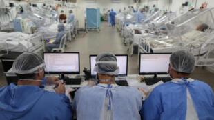Des patients atteints du coronavirus dans l'unité de soins intensifs de l'hôpital Gilberto Novaes, le 20 mai 2020 à Manaus, au Brésil