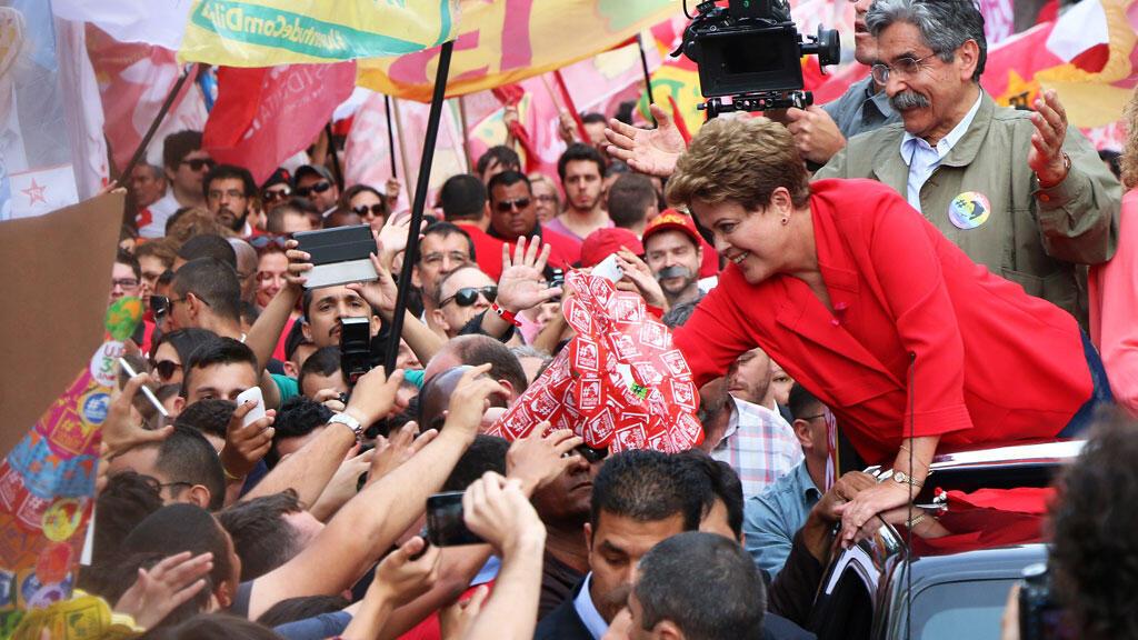 La présidente sortante Dilma Rousseff serre des mains lors d'un rassemblement à Porto Alegre, le 4 octobre