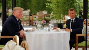 El presidente de Estados Unidos, Donald Trump, y su homólogo francés, Emmanuel Macron, asisten a un almuerzo antes de la cumbre del G7 en Biarritz, Francia, el 24 de agosto de 2019.