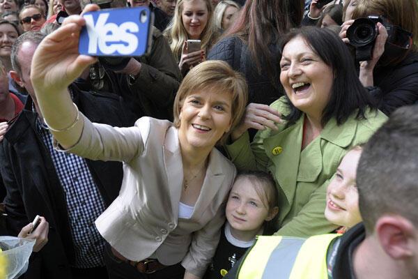 Nicola Sturgeon se prend en photo avec une militante du SNP, le 25 avril 2015 à Glasgow.