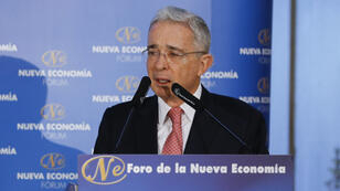 El expresidente de Colombia, Álvaro Uribe, dando una charla durante el Foro de la Nueva Economía.