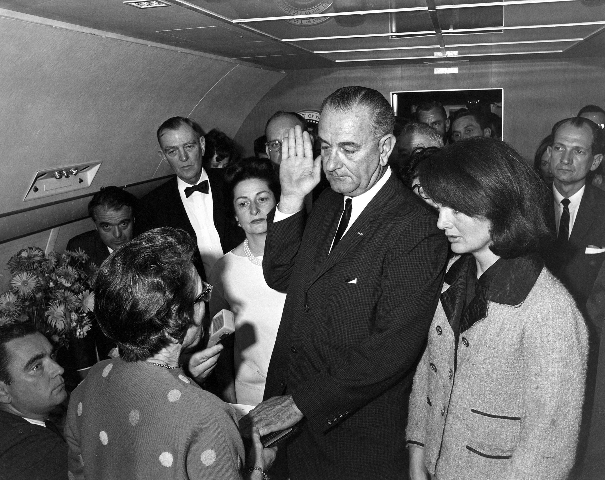 À bord d'Air Force One, Jackie Kennedy regarde Lyndon Johnson prêter serment, le 22 novembre 1963, après l'assassinat de son mari.