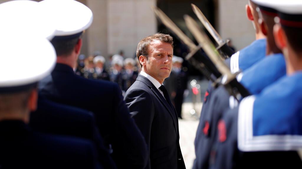 """El presidente francés, Emmanuel Macron, asiste a la ceremonia militar """"Prize d'armes"""" en Les Invalides en París, Francia, el 8 de julio de 2019."""