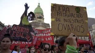 """Activistas que demandan la legalización del aborto participan en una manifestación durante el llamado """"Día de Acción Verde por el Derecho al Aborto"""", frente al Congreso Nacional en Buenos Aires el 19 de febrero de 2019."""