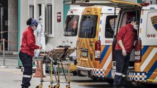 Une équipe d'ambulanciers à l'hôpital Greenacres de Port-Elizabeth, le 10 juillet 2020