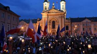 متظاهرون أمام المحكمة العليا في وارسو في 23 تموز/يوليو 2017