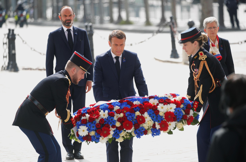 Le Président Emmanuel Macron dépose une gerbe au pied de la tombe du soldat inconnu, le 8 mai 2020, à Paris.