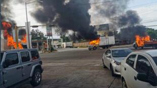 Vista de vehículos incendiados durante un enfrentamiento de grupos armados con las fuerzas federales durante la captura de Ovidio Guzmán, hijo de 'El Chapo' Guzmán, este jueves 17 de octubre, en las calles de la ciudad de Culiacán, en el estado de Sinaloa, México.