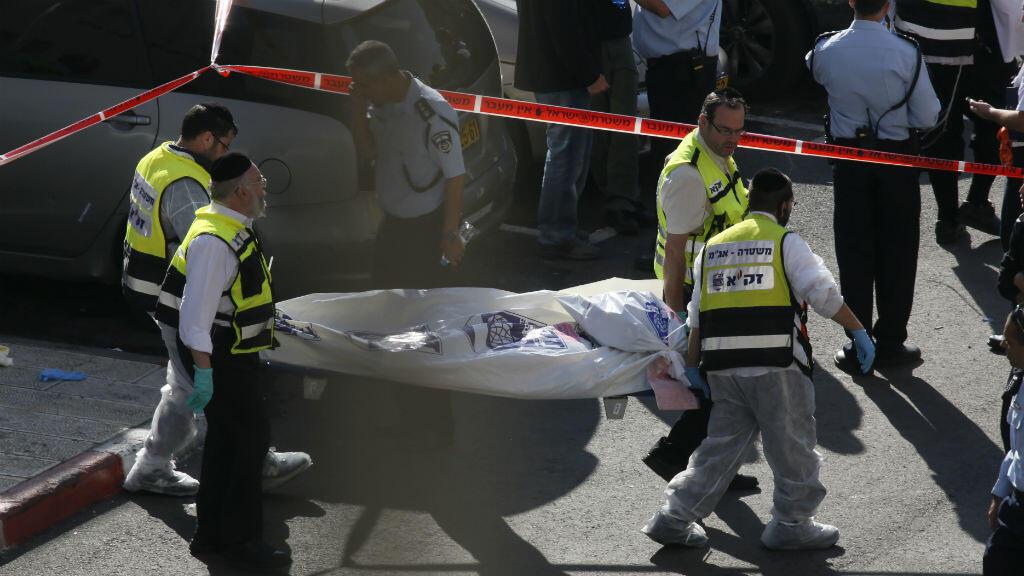 نقل قتلى الهجوم على كنيس يهودي في القدس
